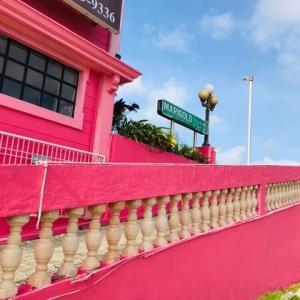 グアム*インスタ映えとの噂「ピンクの壁」を発見!空とピンクの鮮やかな写真
