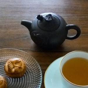 文山包種【うるおい茶園】と、月餅【ズーラシア オカピ月餅】