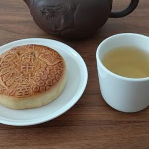 金萱茶【うるおい茶園】と、月餅【新宿中村屋】