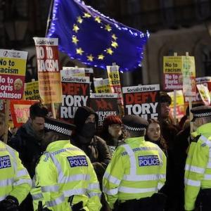 【悲報】英総選挙での大敗を気に入らない左翼ら、民主主義ガン無視で怒りの抗議デモをおっぱじめる