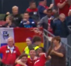 【動画あり】サッカーの試合でシュートを決めた選手に缶ビールが投げられ…