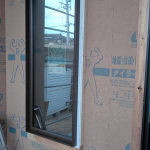 窓とドアが入りました。