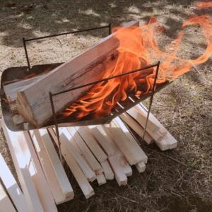 ソロキャンプは焚き火でバーベキュー!調理は鉄板と網どっちがいい?