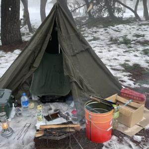 初の雪中ソロキャンプ!スカートなしの軍幕で冬キャンプを決行してみた!