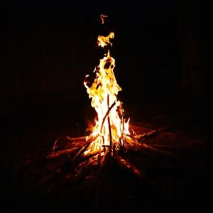 「真夜中の火祭」のイメージは?難易度の比較と弾き方のコツを解説|何年生で弾くのがおすすめ?