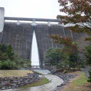 台風で放水の松田川ダムを撮る(足利市)