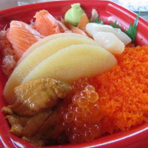 北海丼と海鮮丼のネタ大盛り(丼丸みどり店)
