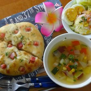 ベーコンオニオンフォカッチャ、野菜スープ♪