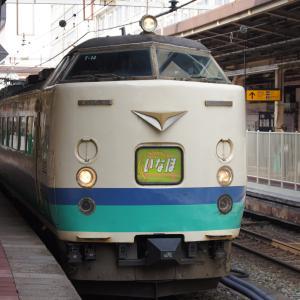 万代口駅舎と485系特急「いなほ1号」