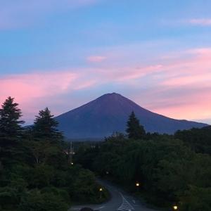 湖畔ホテルと富士山