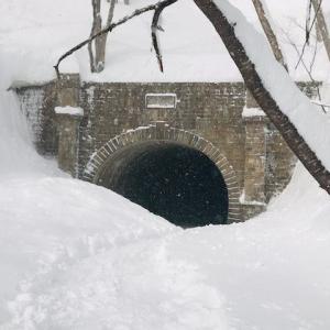 冬を遊ぶミッション 万世大路 二ツ小屋隧道の氷柱