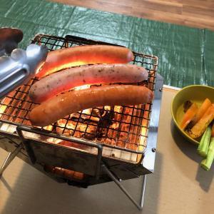 おうちでキャンプ飯。パリっとジュワッと、ソーセージ焼いてみました。