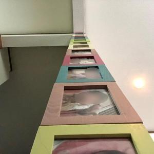 DIY作品⑦ 百円ショップの配線カバーがレールに?!「フォトフレームタワー」