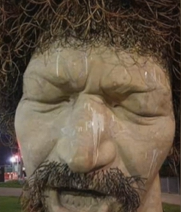 ルーク・ケリーの像にまた落書き
