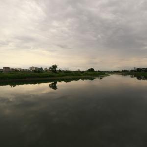 曇天の多摩川