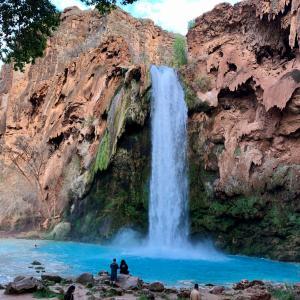グランドキャニオンのオアシスへ:青緑の美しい滝を目指してハイキング