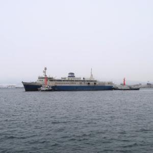 静々と、青函連絡船摩周丸が函館港を航行
