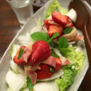 旬のジャンボいちごとホッキとかぶと白菜のサラダ