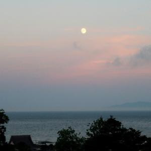 津軽海峡の夕焼けと月の光と漁火と