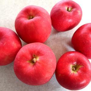 小ぶりで真っ赤なりんご、あかねとさんさ