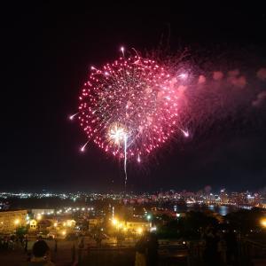 元町公園から港の夜景と大輪の花火