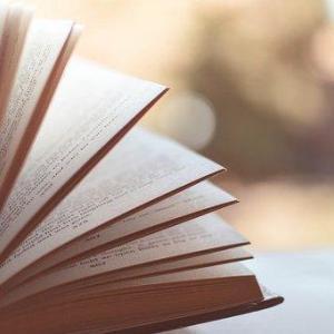図書館で本をもらう