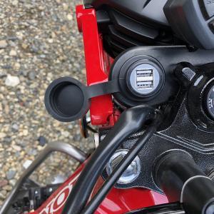 ハンターカブCT125にキタコのUSB電源とデイトナのヘルメットホルダーを取り付けた