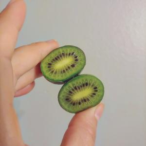 スーパーで発見したかわいいフルーツ。キウイベリー♡キウイのちいさいの。•••••...