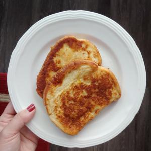 今日の朝ごはんは、メープルシロップ待ちのフレンチトーストさん。•••••••...