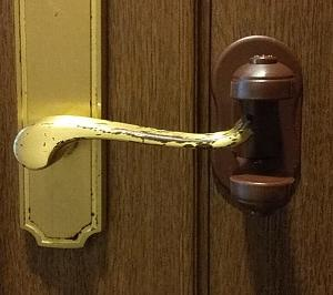 ベビーゲートが使えない扉のドアロック、こんな商品があるんですね