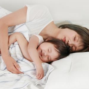 赤ちゃんと大人用ベッドで添い寝していいの?