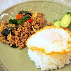 鶏肉のガパオ炒め、タイの家庭バージョンを習う!