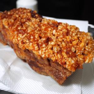 タイ式豚バラ肉のカリカリ揚げ「หมูกรอบ」を使った料理が美味しすぎ。