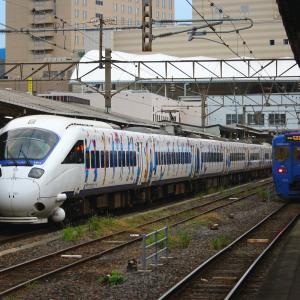 JR九州 長崎本線 885系 特急白いかもめ 「サガン鳥栖ラッピング」 長崎駅