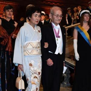 ノーベル賞授賞  奥さまの訪問着がとても素敵‼️