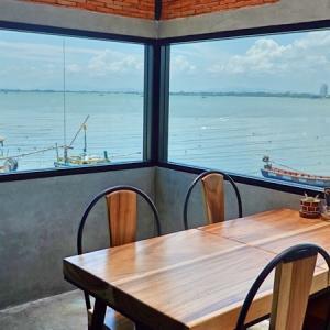 海が見えるパタヤのカフェ。ナクルア・ソイ12のロックフェラーで過ごす穏やかな休日。