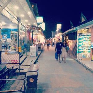 リぺ島への旅(5) 夜のウオーキングストリート