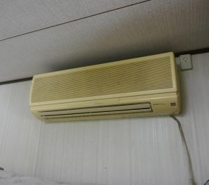 年式の新しい高機能エアコンの設置工事を行ないました