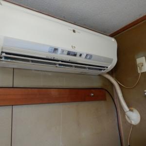 マンション1階で室外機を天井吊りしてのエアコン設置