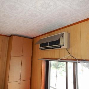狭いバルコニーにて苦しい姿勢で行なったエアコン設置