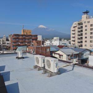 劣化した屋上面のエアコン冷媒配管を耐久性高く補修