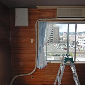 取り外したエアコンを店舗併用住宅の4階に移設