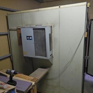 農家用の保冷庫に家庭用エアコンを設置 ①保冷装置撤去