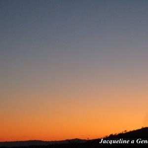 朱から濃紺へのグラデーションの夕暮れ。