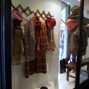 秋冬の赤い帽子にマフラーとチェックのコート☆
