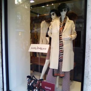 幾何学模様のアウトフィット&バッグに白いコート☆MALIPARMI