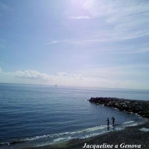 海水浴する人たちがいる10月のビーチ。そして変わりやすい天候と頭痛とイブプロフェンと、、