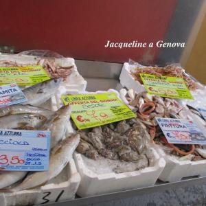 ある日の魚屋さんの店先にて。(+11/14 18時から11/15 8時まで、ジェノヴァ・サヴォーナ気象警報アランチョーネ)