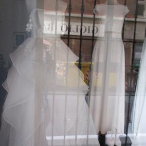 妖精のようなウエディングドレス&シンプルなドレス2点のショーウインドー(+わたしが見た夢の話☆)