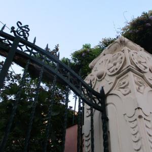 ある門柱の装飾と向こう側のアジサイ。